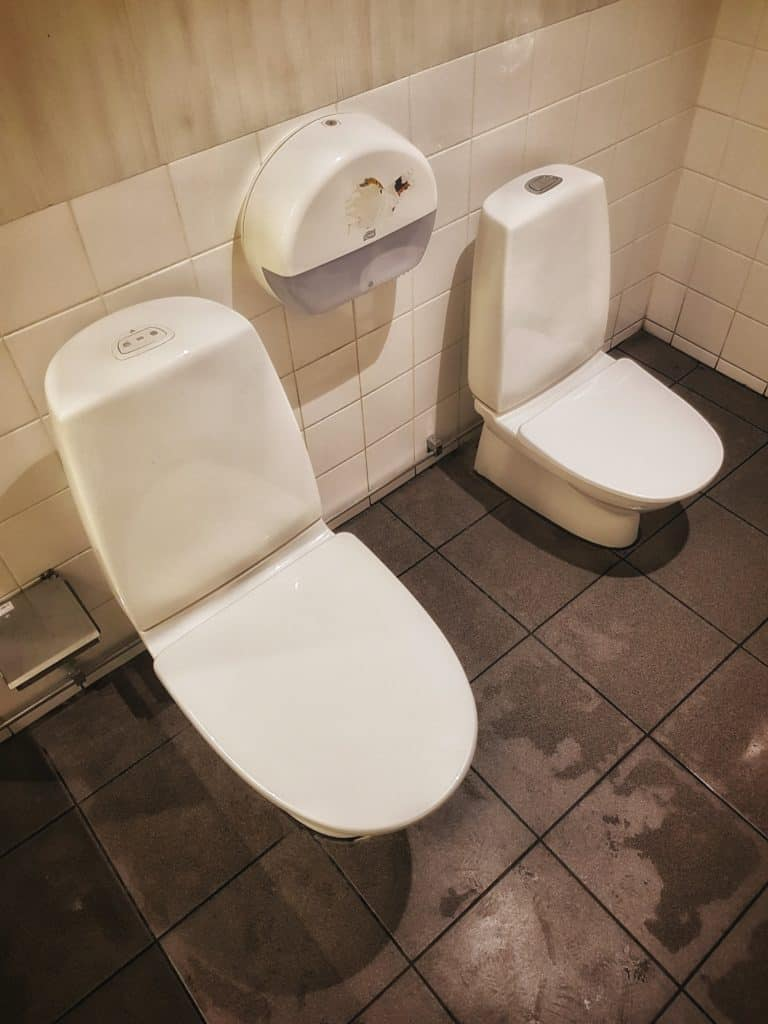 Toalett på en Preem-mack vid en Europaväg mot Stockholm