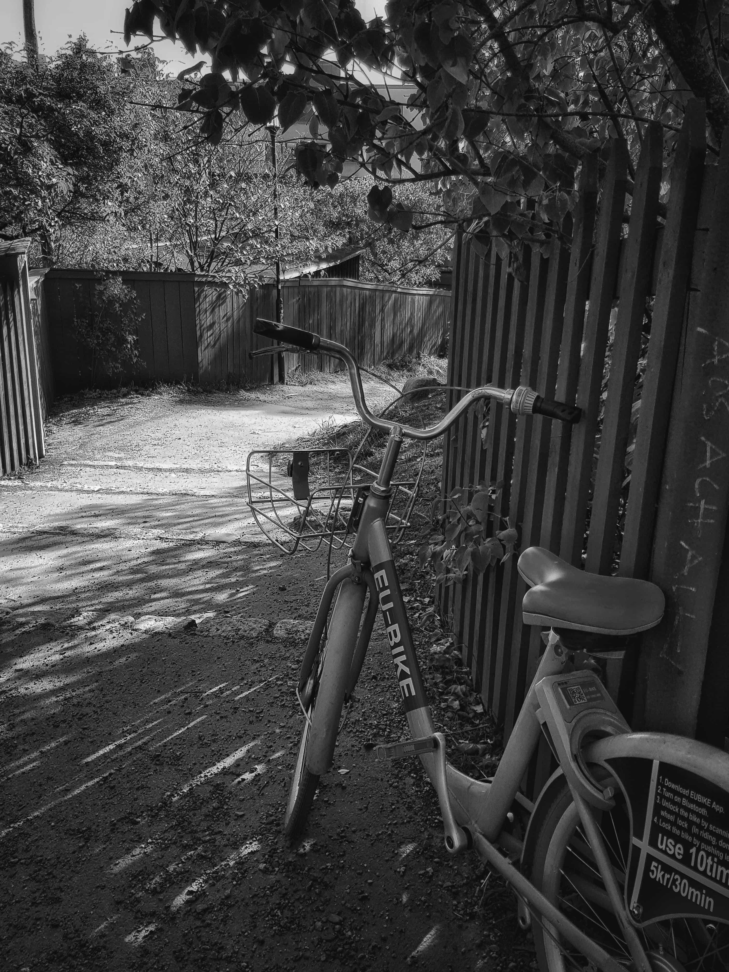 En svartvit cykel vid Skinnarviksberget