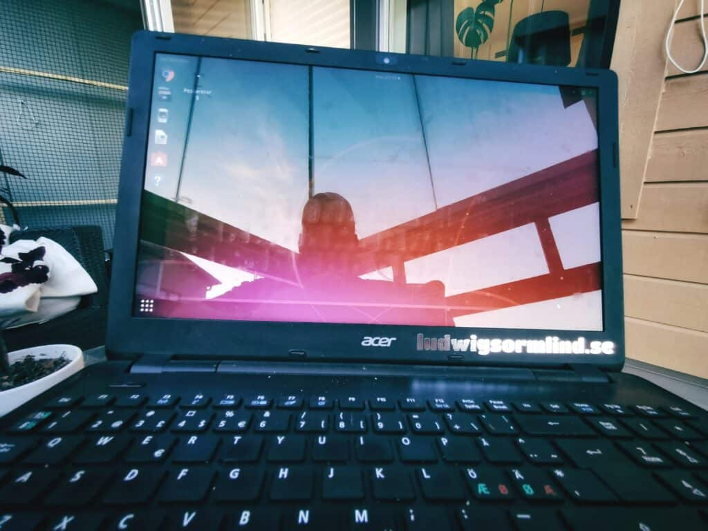 Laptop med Ubuntu installerad på balkong